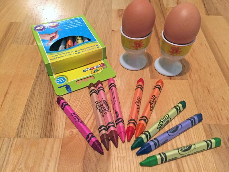 Voskovky a vajíčka na stole