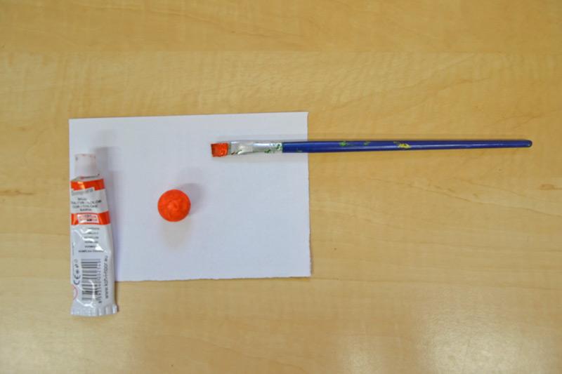 natřená kulička temperovou barvou