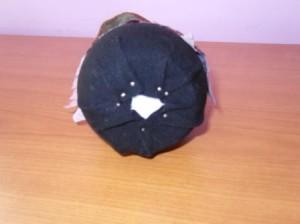 Čarodějnice - přichycení látky na spodní části vajíčka špendlíky