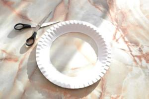 vystřižení středu papírového talířku