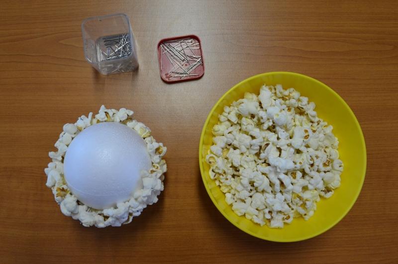 Napichování popcornu na polystyrenové koule