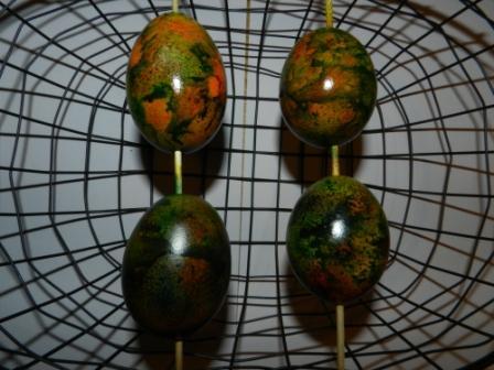 sušení velikonočních vajíček zdobených foukacími fixami