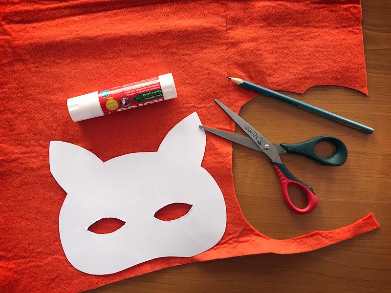 Přiložení papírové šablony lišky na filc