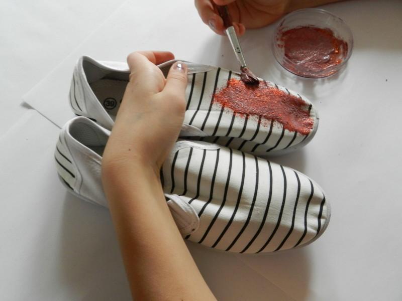 nanášení třpytek na boty
