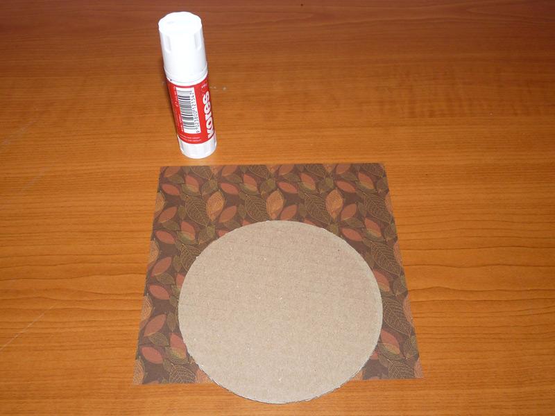 lepidlo, kolečko z kartonu a papír
