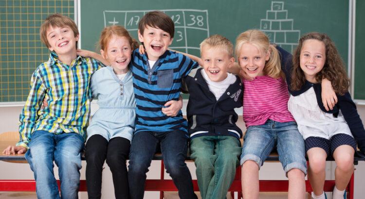děti sedící na školní lavici