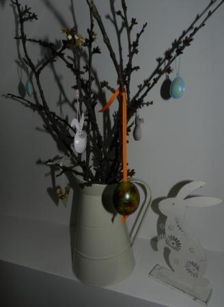 zavěšená vajíčka obarvená foukacími fixami