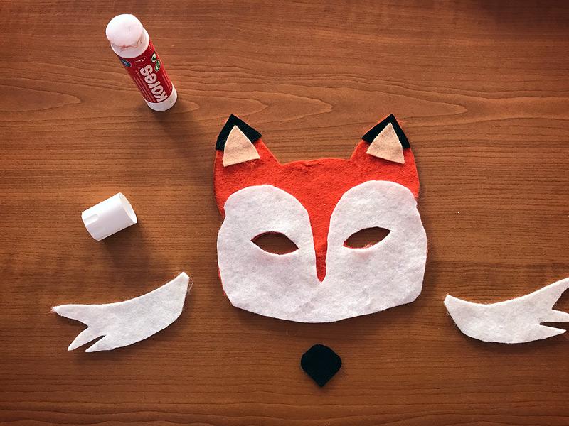 Lepení jednotlivých částí masky z filcu