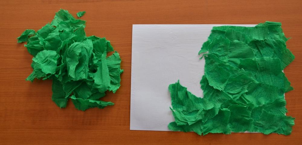 natrhaný krepový papír nalepený na čtvrtku