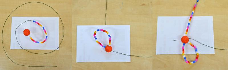 navlékání korálků na drátek a jeho zapíchnutí do nabarvené kuličky