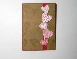 nalepení papírových srdíček na přáníčko
