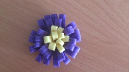 vyplnění vnitřní části nastřihaným filcem žluté barvy