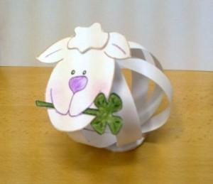 papírová ovečky na stole