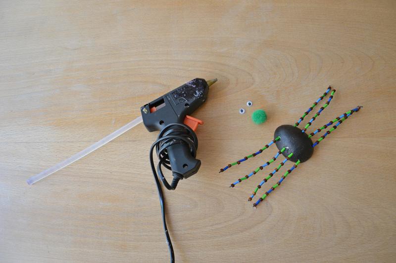Tavná pistole a příprava na přidělání očíček