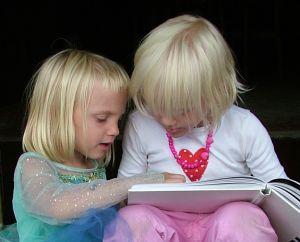 děti si prohlíží knížku