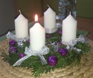zapálená první adventní svíčka
