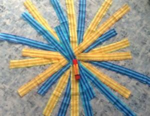 pruhy z krepového papíru sešité do tvaru hvězdice