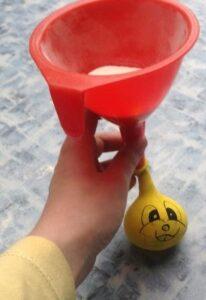 plnění balonku moukou
