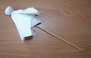 duch z papírových kapesníčků na špejli