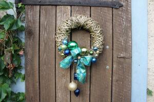 Ozdobený vánoční věnec na dveře