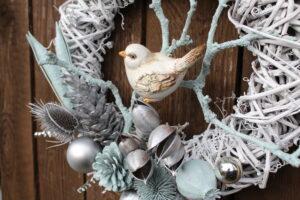 Detail ptáčka a dekorací zimního věnce na dveře