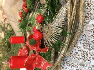 Detail dekorací adventního věnce