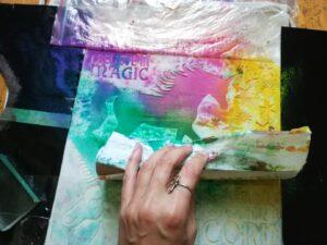 Sušení šablony Jednorožce přestříkané textilními barvami Cadence