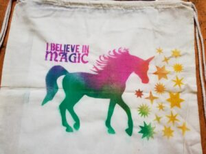 Ukázka jednorožce vytvořeného pomocí šablony sprejů na textil na vaku