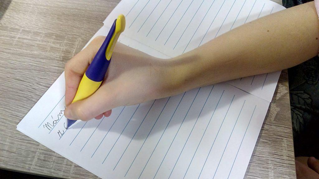 Psaní ergonomicky upravenou mechanickou tužkou