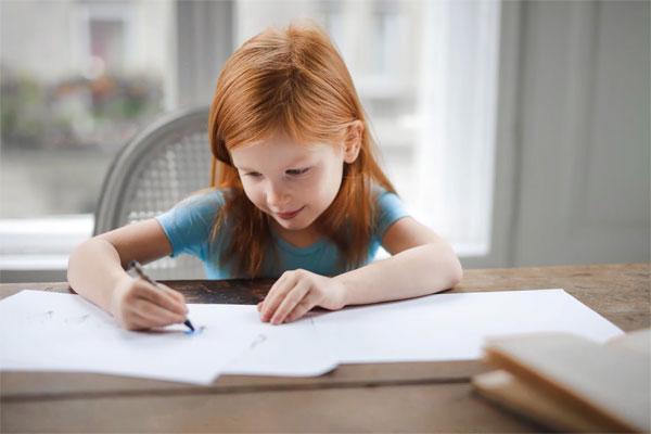 Správně nastavená výška stolu pro školáka