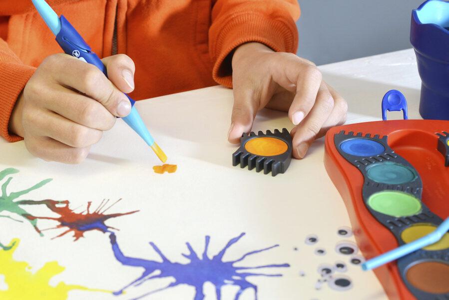 Dětská ruka se štětcem a vodovými barvami Faber-Castell Connector