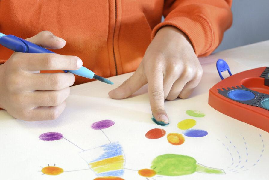 Obrázek kytičky a postavičky vytvořený prstíky a vodovými barvami Faber-Castell Connector