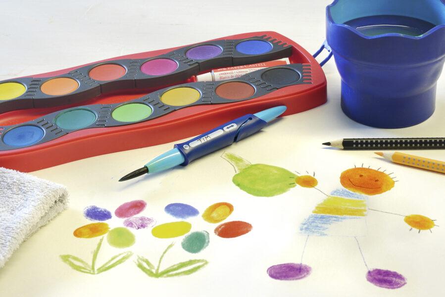 Hotový obrázek kytek a človíčka vytvořený za pomoci prstů a vodových barev Faber-Castell Connector
