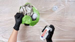 přestříkání závěsné dekorace s motivem fotbalového míče