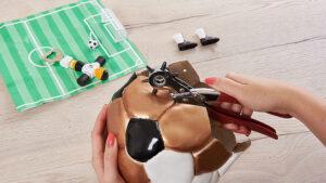 proděravění závěsné dekorace s motivem fotbalovéh míče