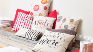 Polštáře pokreslené textilními popisovači Edding
