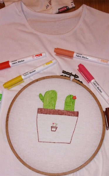 Vybarvený motiv kaktusu textilními popisovači Monami