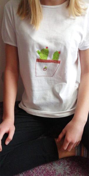 Tričko s obrázkem nakresleným textilními barvami Monami