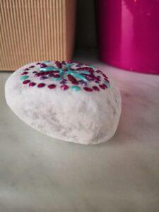Detail kamínku ozdobeného tekutými perlami Cadence