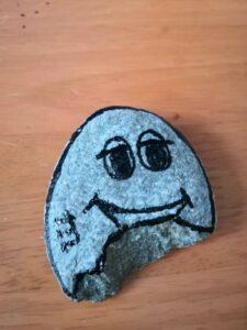 Oči a pusa na kamínku nakreslené popisovačem Edding