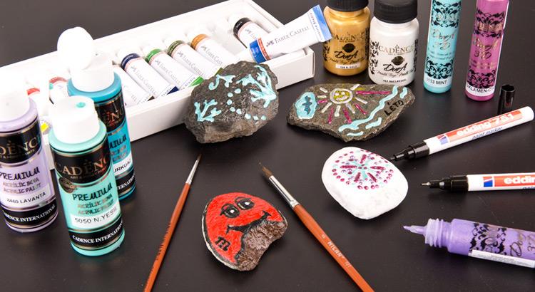 výtvarné potřeby na zdobení putovních kamínků