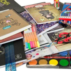 Školní potřeby od pastelky po školní sešity