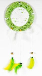 lapač snů se zelenými a žlutými peříčky