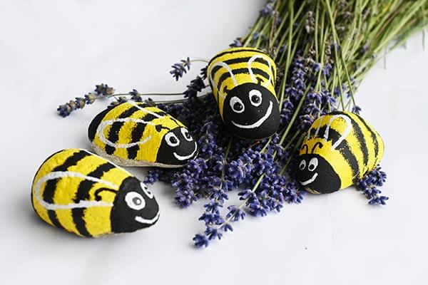 malování na kámen včelky