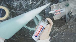 Použití akrylového spreje Edding na kužel z novin.
