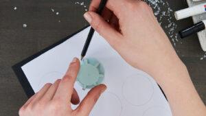 Obkreslení kružnice podle zavírátka od akrylového spreje Edding
