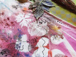 Detail šátku ozdobeného barvami Cadence na textil a razítky Aladine