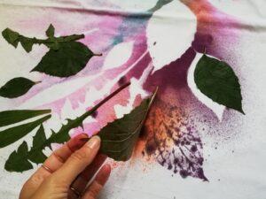 Odkrytí tvarů travin přestříkaných barvami na textil Cadence