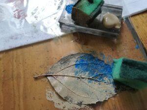Barvení travin houbičkou a textilními barvami Cadence