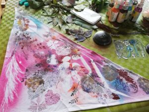 Hotový šátek potištěný travinami a razítky Aladine